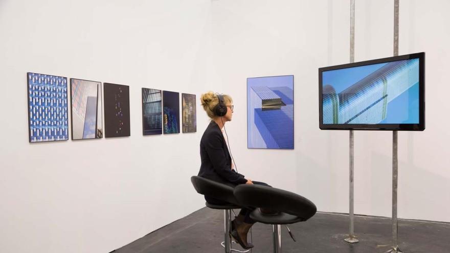 DIGITALISIERUNG im Kunstmarkt, Frau sitzt vor Flatscreen