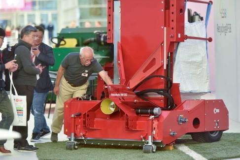 Maschine-zum-Recycling-von-Sportböden