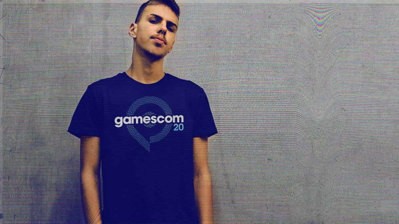 Männermodel vor grauem Hintergrund mit gamescom T-Shirt bekleidet
