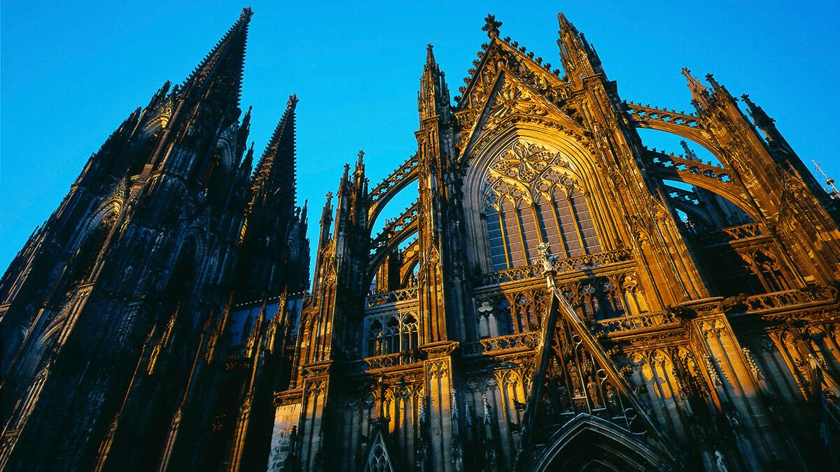 Der Kölner Dom ist mit 157,38 Metern Höhe das zweithöchste Kirchengebäude Europas.