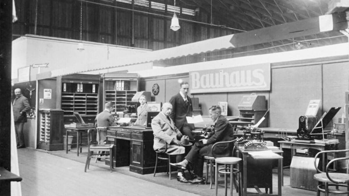 1924 – Die Frühjahrsmesse ist die erste Veranstaltung auf dem Kölner Messegelände. Als Musterschau zeigt sie vor allem Eisenwaren, Textilien und Möbel.