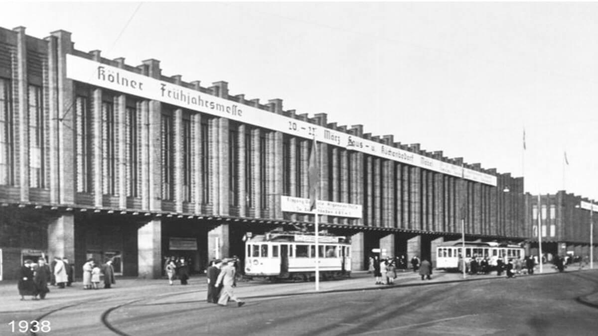 1938 – Die Südfassade der Rheinhallen während der Frühjahrsmesse