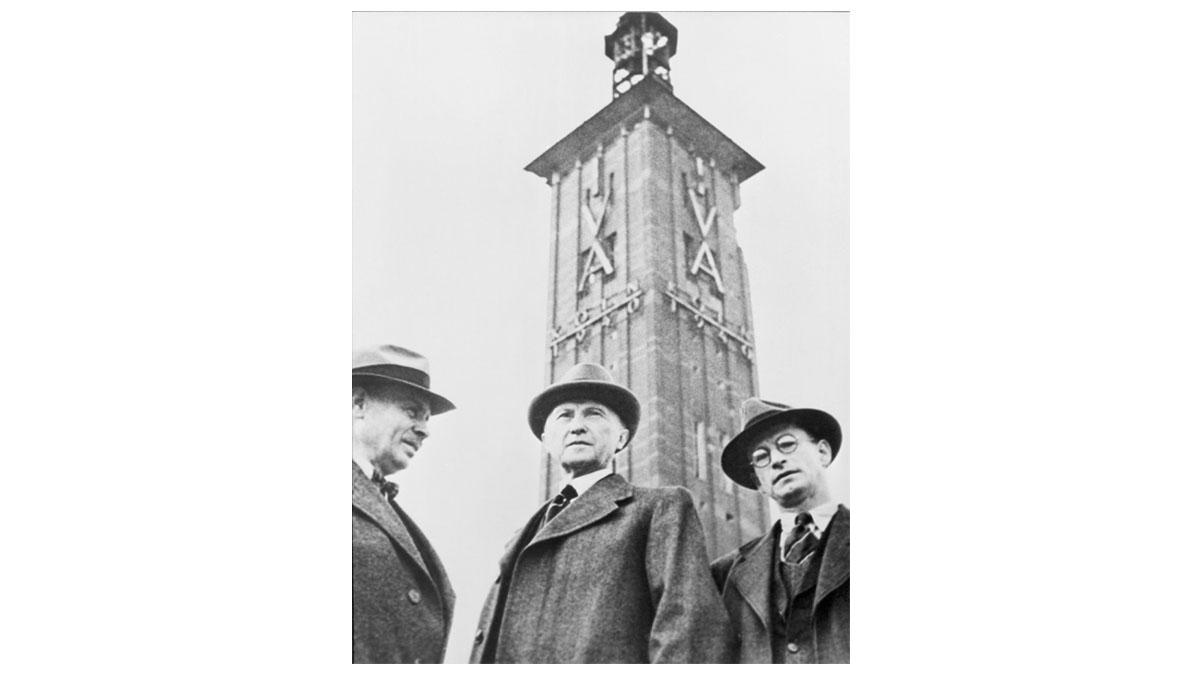 1948 – Konrad Adenauer besichtigt den Wiederaufbau der Kölner Messe nach dem Krieg.