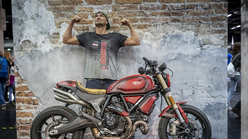 Danny Schramm hinter customized Ducati Scrambler