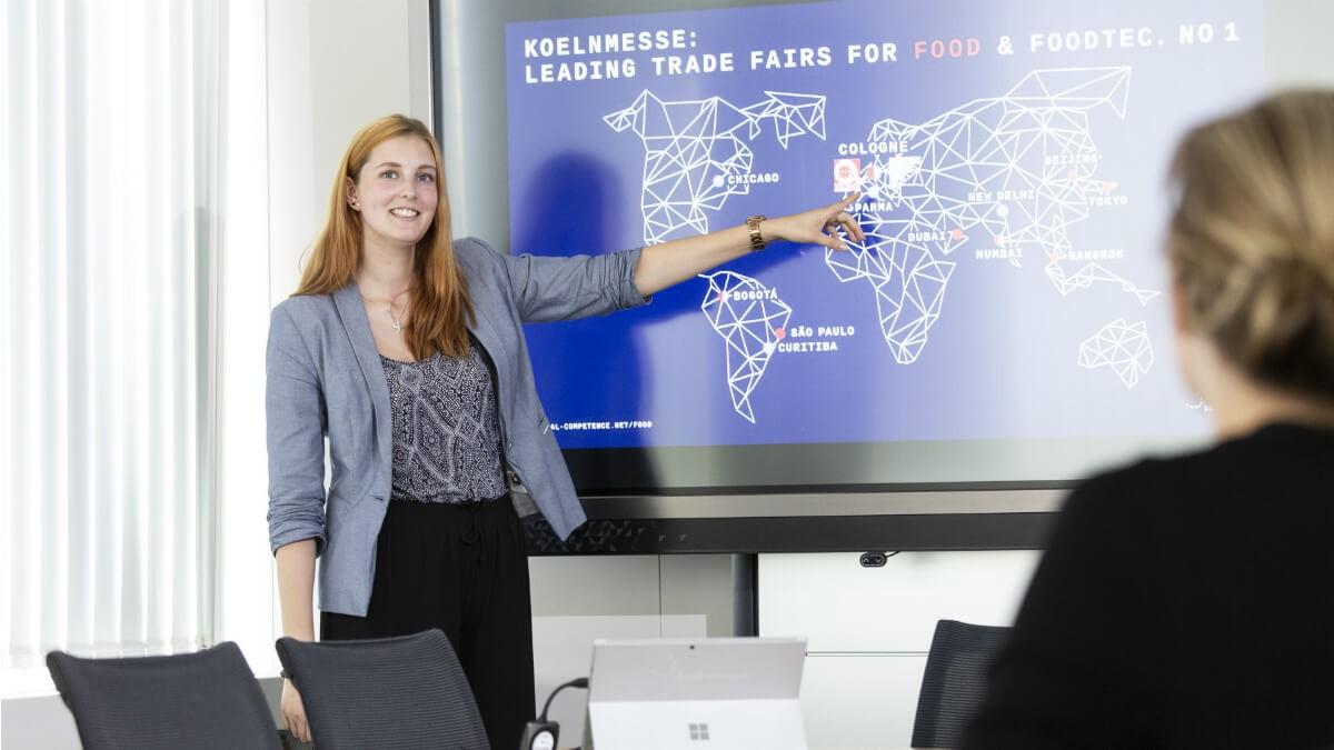 Täglich mit Menschen kommunizieren, die auf der anderen Seite der Weltkugel sitzen - das macht laut unserer Auszubildenden Julia die Arbeit im Bereich International aus.