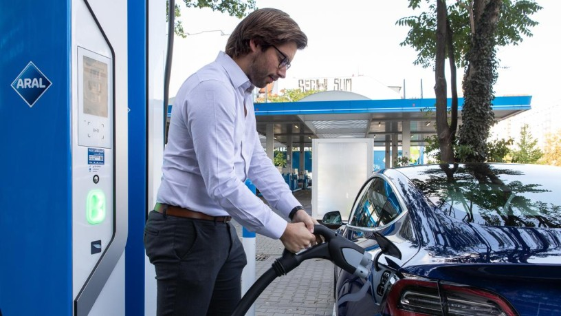The new concept of Aral combines refuelling and charging. © Aral