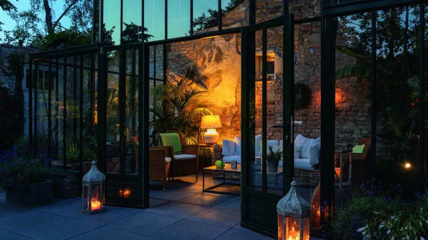 A heated, glass orangery lies harmoniously next to the rustical ruins and under the effects of atmospheric lighting also invites people to spend time there during the evening hours – Photo: Gölz/Neubauer, Gärten des Jahres 2019, Callwey
