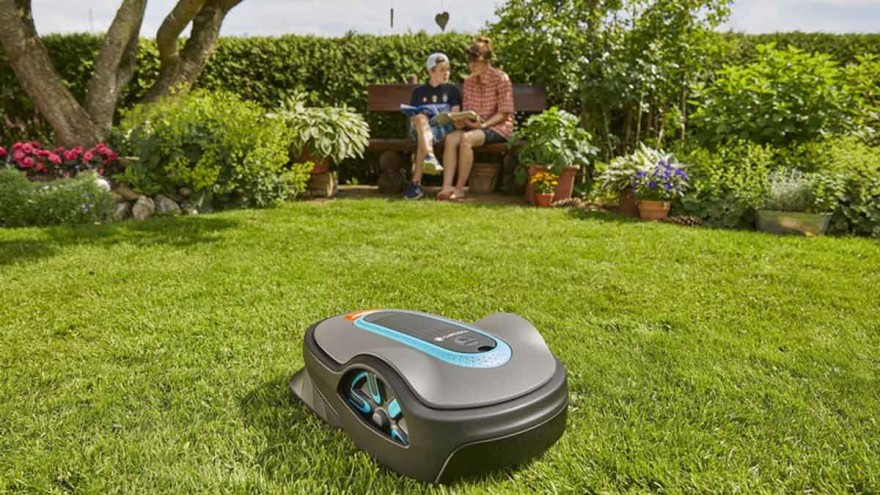 With a noise level of between 50 and 60 dB, robot lawnmowers, like this one by Gardena, are much quieter than petrol-driven lawnmowers. – Photo: Gardena