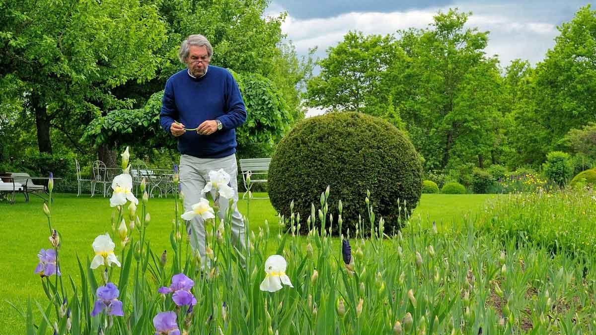 Prof. Dr. Roland Doschka in seinem Garten – Foto: Kurz