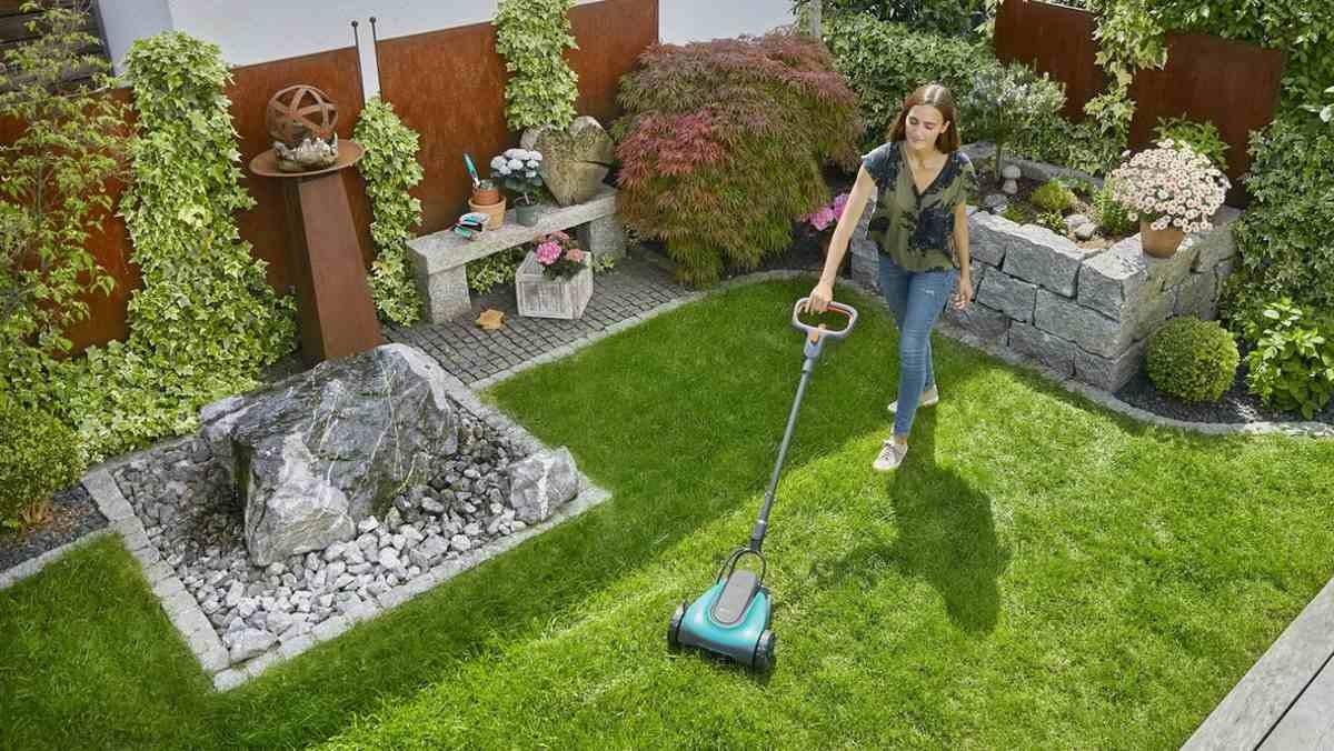 """Speziell für kleine Flächen: Der Mini-Rasenmäher """"HandyMower Li-18/20"""" soll sich so leicht bewegen lassen wie ein Staubsauger im Wohnzimmer. – Foto: Gardena"""
