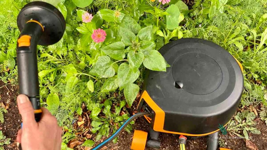 The Waterwheel XL with wheels from Fiskars can be placed anywhere in the garden, thanks to the 360° rotation that allows it to reach corners and edges.