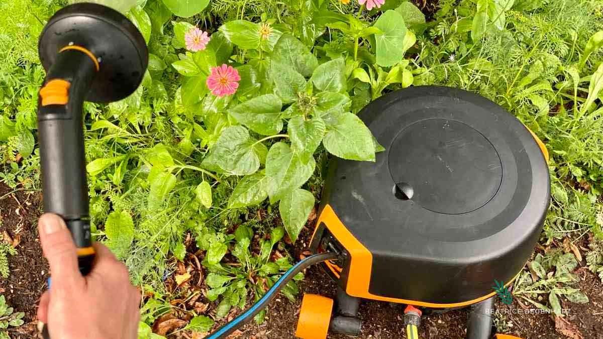 Das Waterwheel XL mit Rädern von Fiskars kann überall im Garten aufgestellt werden, dank der 360°-Drehung, die es ermöglicht, Ecken und Kanten zu erreichen.