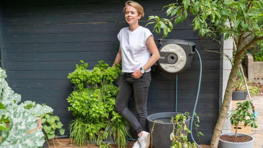 Blogger Beatrice Degenhart next to the NatureUp! plant container system from GARDENA in the Sustainable Garden.