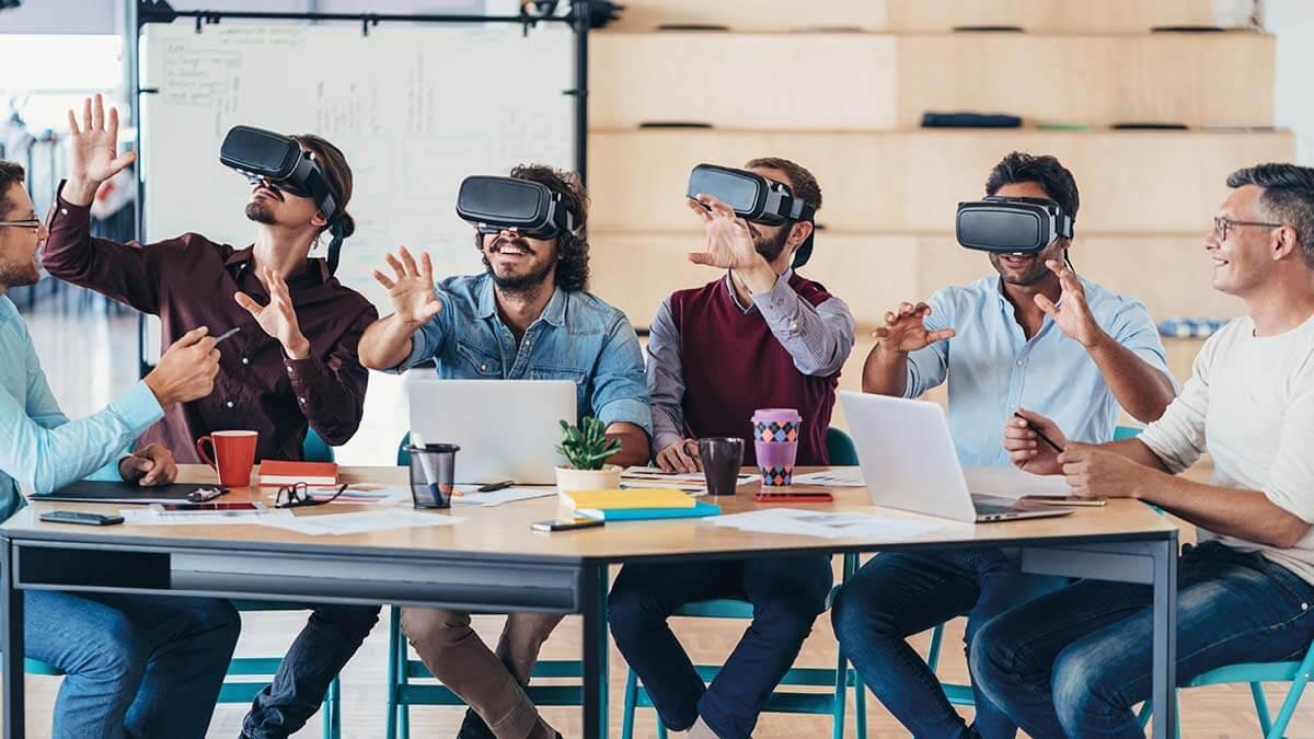 Gehen Sie gemeinsam mit uns neue, digitale Wege (Messebsucher mit VR Brillen)