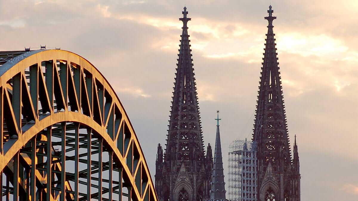 Branchentreffpunkt Köln (Domtürme und Hohenzollernbrücke)
